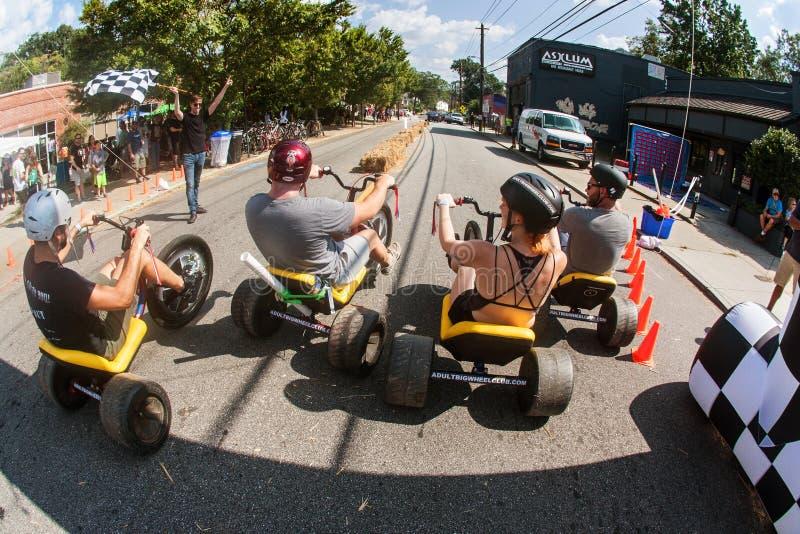Ludzie Ścigają się Dorosły Dużego Toczą Wewnątrz Atlanta spadku festiwal zdjęcia stock