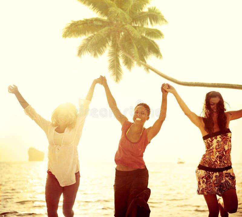 Ludzie świętowanie plaży przyjęcia wakacje letni wakacje pojęcia obraz stock