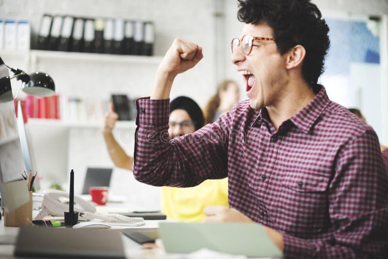 Ludzie świętowanie sukcesu Pracuje Pomyślnego pojęcie zdjęcie stock