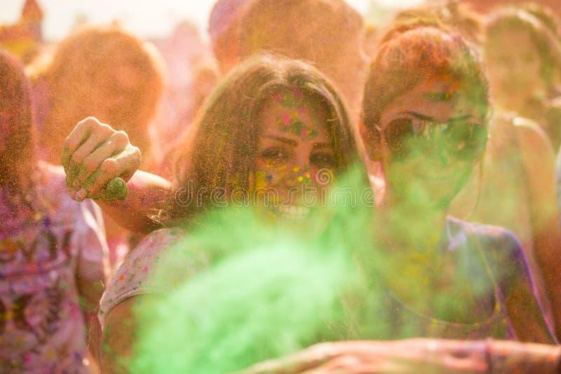 Ludzie świętuje Holi festiwal kolory. zdjęcie royalty free