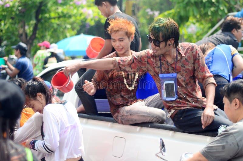 Ludzie świętuje Songkran w ulicach (Tajlandzki nowego roku/woda festiwal) obraz stock