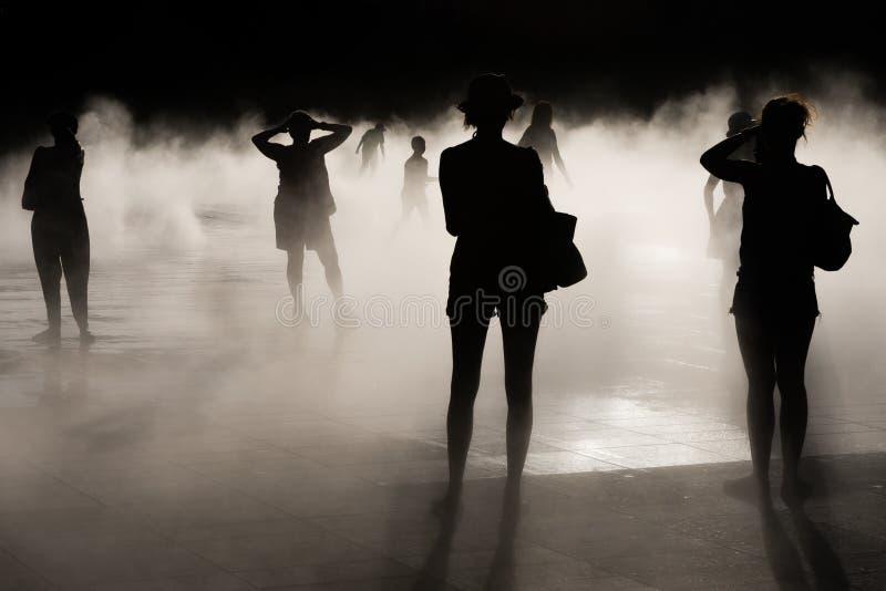 Ludzie, światło słoneczne i mgła, zdjęcia stock