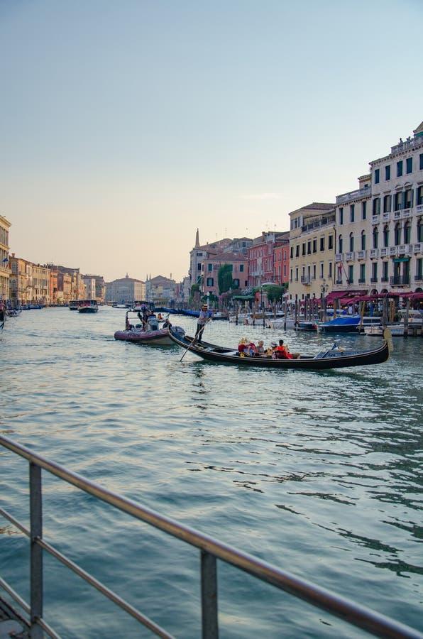 Ludzie żeglują w łodziach wzdłuż Grand Canal w wieczór, Wenecja obraz royalty free