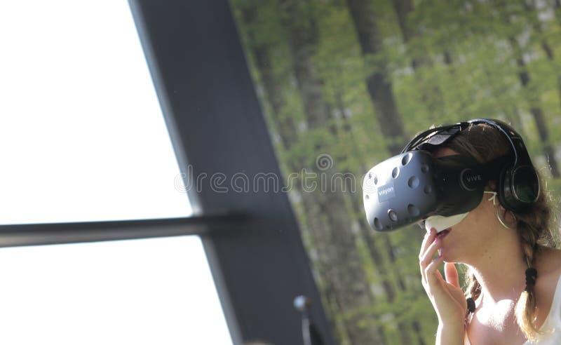 Ludzie bada VR przyrząda są przy sztuka festiwalem fotografia royalty free