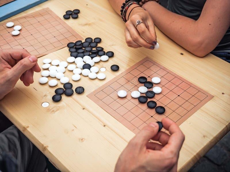 Ludzie bawić się chińskiego boardgame Ludzie Bawić się Mahjong azjata Opierającą się grę Stołowa Uprawia hazard odgórna viewThe g obrazy royalty free