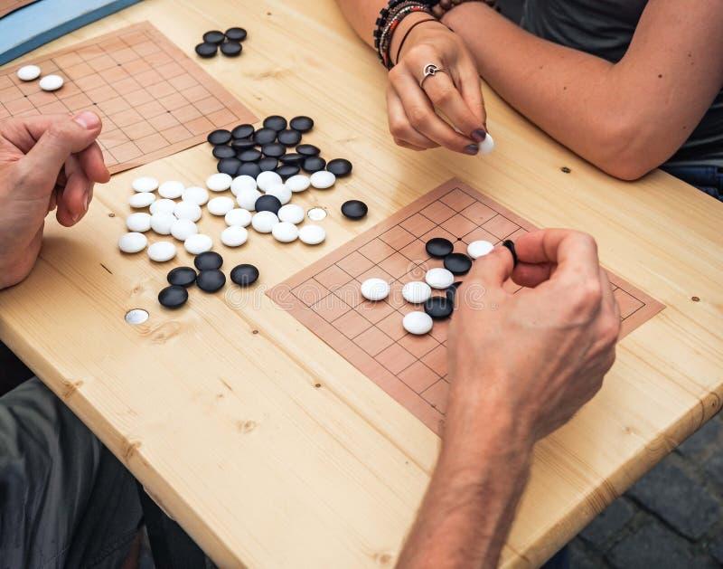 Ludzie bawić się chińskiego boardgame Ludzie Bawić się Mahjong azjata Opierającą się grę Stołowa Uprawia hazard odgórna viewThe g obraz stock