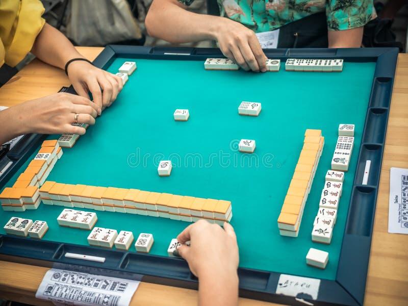Ludzie Bawić się Mahjong azjata Opierającą się grę Stołowy uprawia hazard odgórny widok obraz royalty free