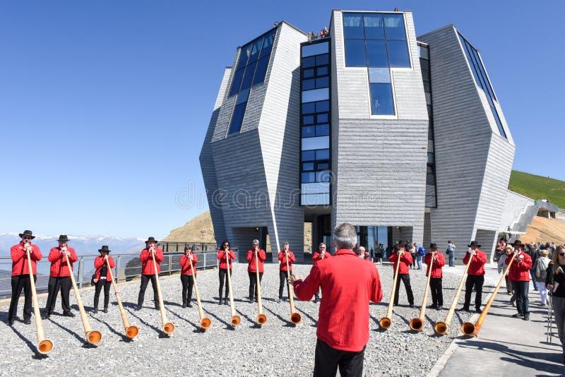 Ludzie bawić się alphorn przy górą Generoso na Szwajcaria zdjęcia stock