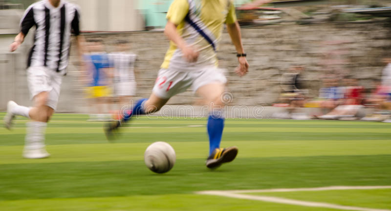 Ludzie bawić się futbol obraz stock