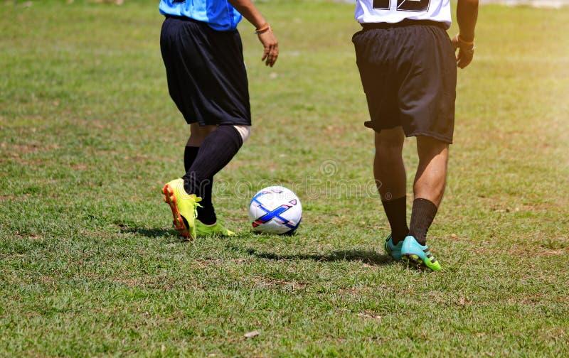 Ludzie bawić się futbol na plenerowym gazonie zdjęcie stock