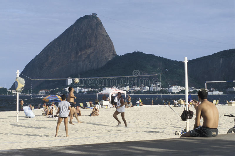Ludzie bawić się piłkę na plaży w Rio De Janeiro, Brazylia zdjęcie stock