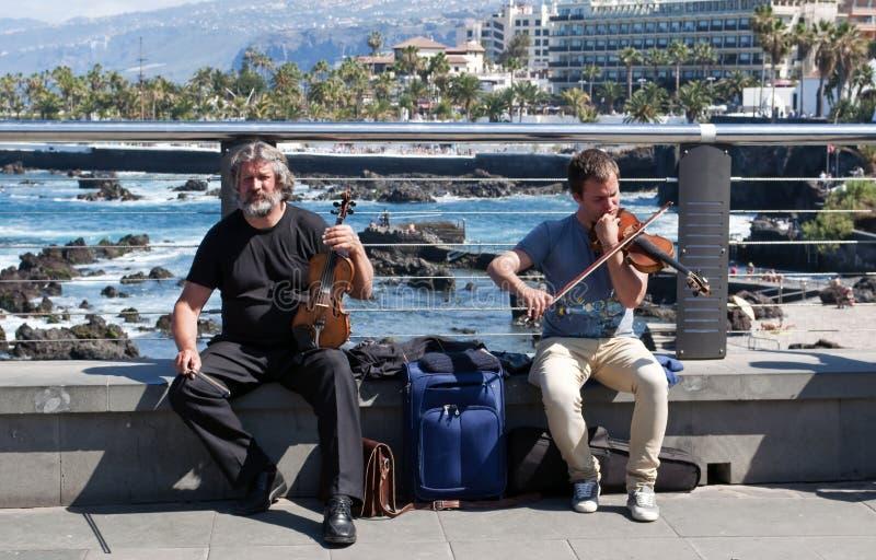 ludzie bawić się skrzypce dwa obrazy royalty free