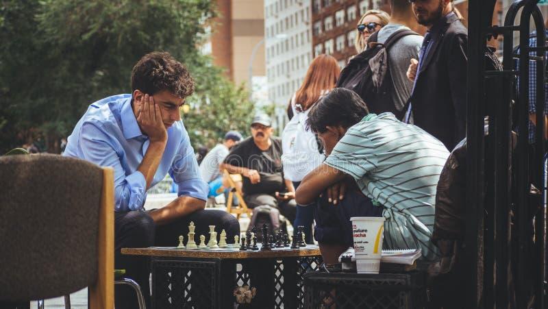 Ludzie bawić się szachy przy parkiem zdjęcie royalty free