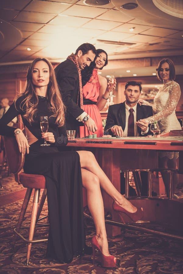 Ludzie bawić się w kasynie zdjęcia royalty free