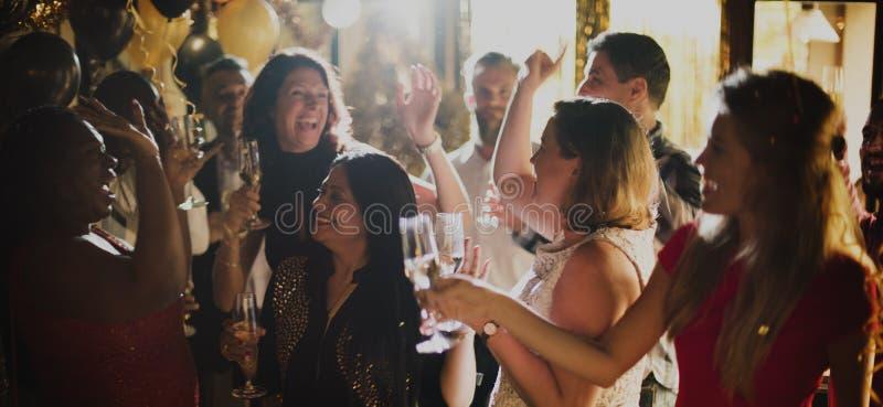 Ludzie Bawją się świętowanie napojów otuch szczęścia pojęcie zdjęcia stock