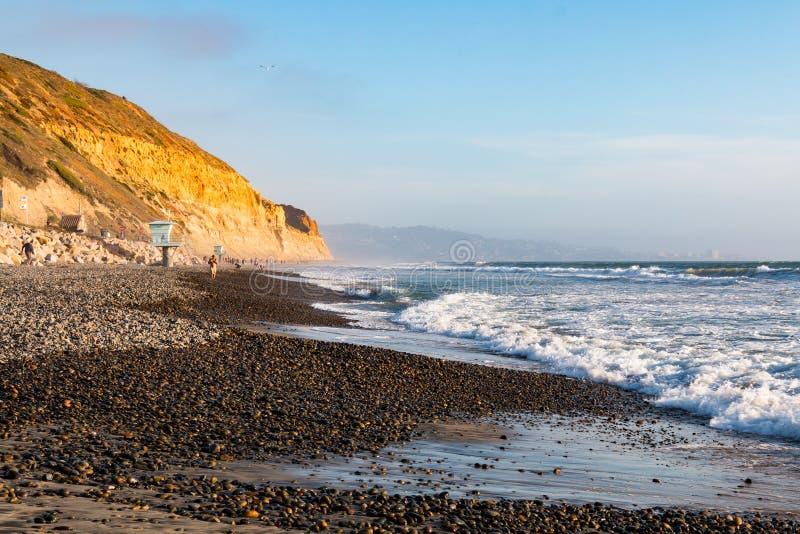 Ludzie Beachcomb i spacer Wzdłuż Torrey sosen stanu plaży obraz royalty free
