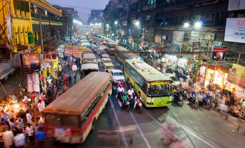 Ludzie bieg przez ulicę z potężną ruch drogowy drogą zdjęcie stock