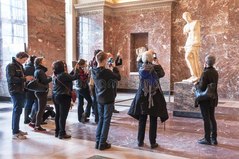 Ludzie bierze fotografię Aphrodite Milos przy louvre muzeum obrazy royalty free