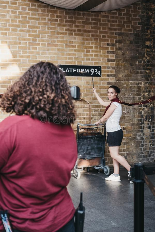 Ludzie bierze fotografiom 9 3/4 platform wśrodku królewiątka ` s krzyża staci, Londyn, UK obraz royalty free