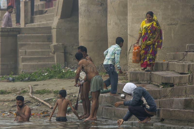 Ludzie bierze ich obrządkowego ranek kąpać się w Ganges zdjęcie royalty free