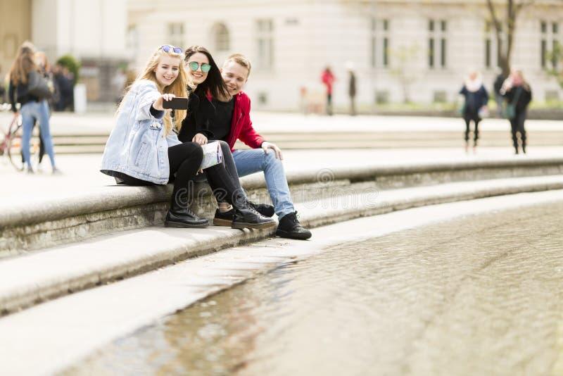 Ludzie bierze selfie na ulicie w Wiedeń, Austria obraz royalty free