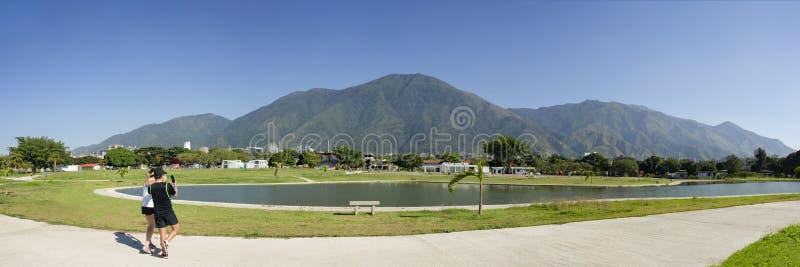 Ludzie bierze zdjęcie z smartphone ikonowa Caracas góra el Avila Repano lub Waraira fotografia stock