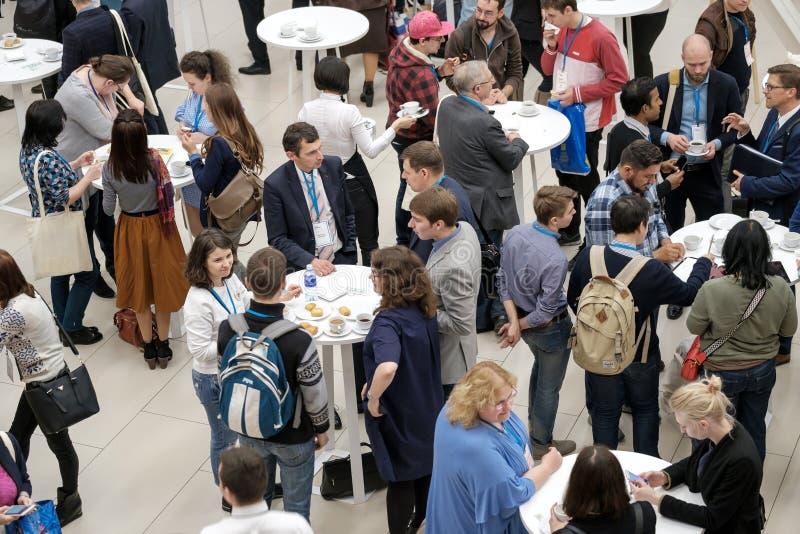 Ludzie biorą babeczki z rodzynkami na kawowej przerwie przy konferencją zdjęcie royalty free