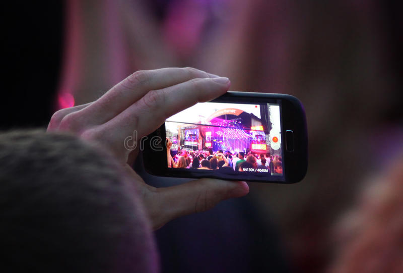 Ludzie biorą obrazki podczas koncerta zdjęcie royalty free