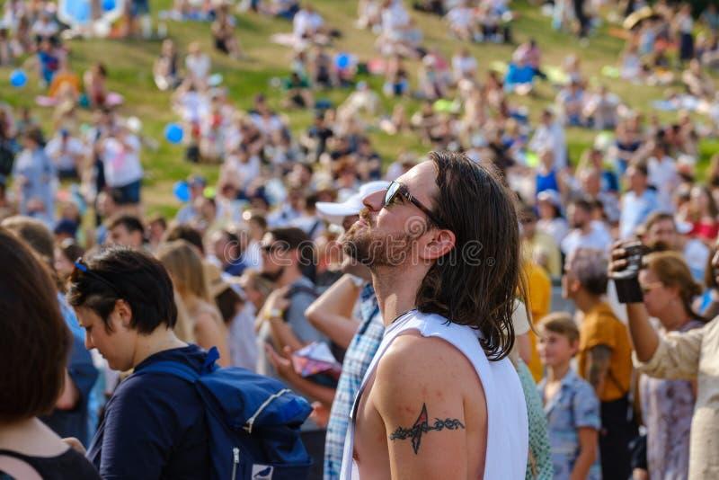 Ludzie biorą udział w koncercie na otwartym powietrzu na Międzynarodowym Festiwalu Jazzu 'Usadba Jazz' w Parku Kolomenskoe obraz stock