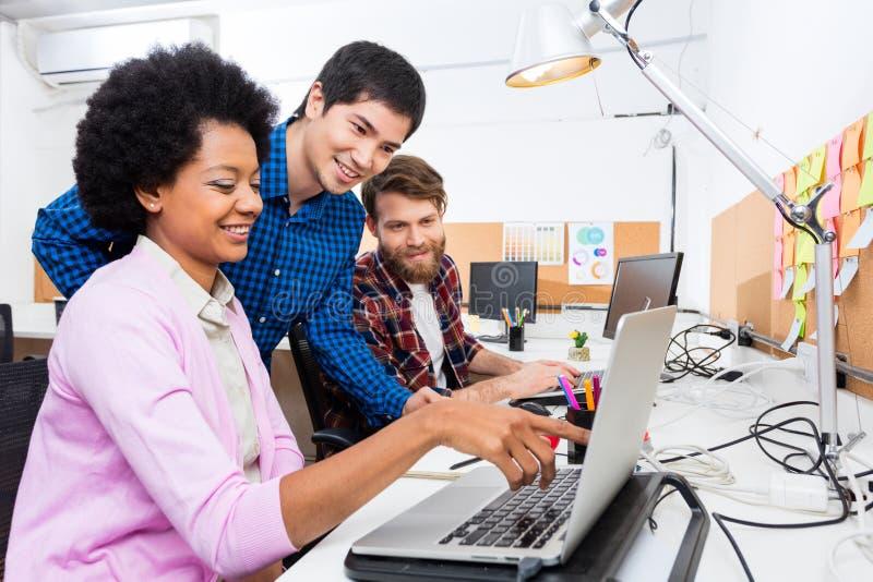 Ludzie biurowego różnorodnego mieszanki biegowej grupy biznesmenów kobiety pracującej punktu palca laptopu obrazy royalty free