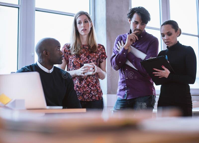 Ludzie biznesu analizuje statystyki zdjęcie royalty free