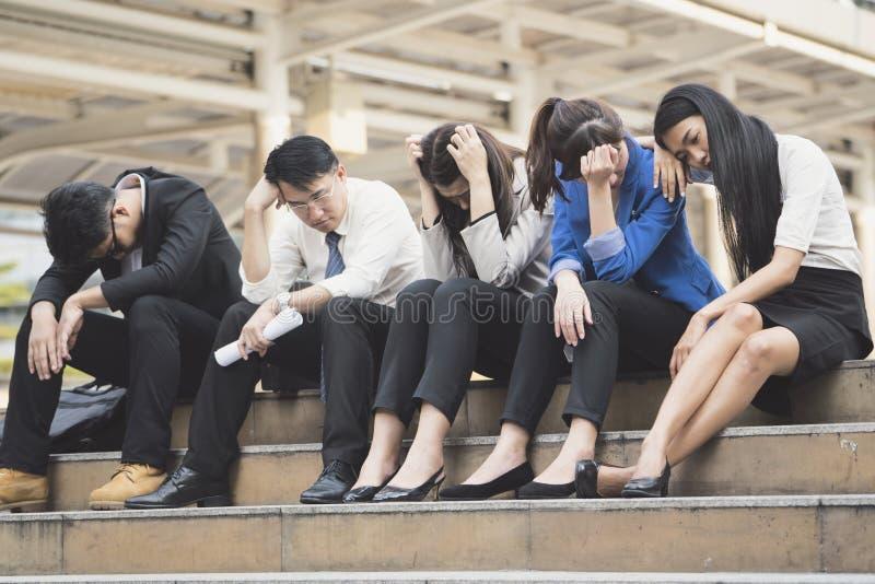 Ludzie biznesu bezrobotni od firmy siedzą na ulicie fotografia royalty free