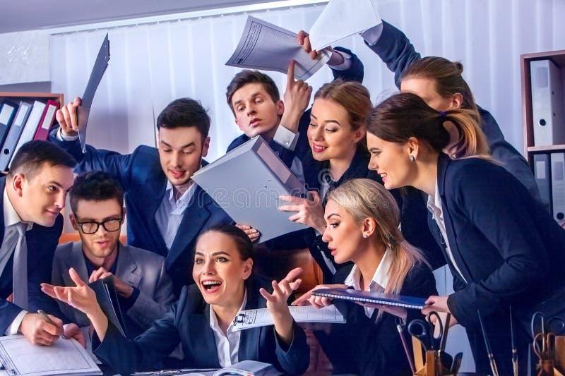 Ludzie biznesu biurowego życia drużynowi ludzie są szczęśliwi z kciukiem up zdjęcia royalty free