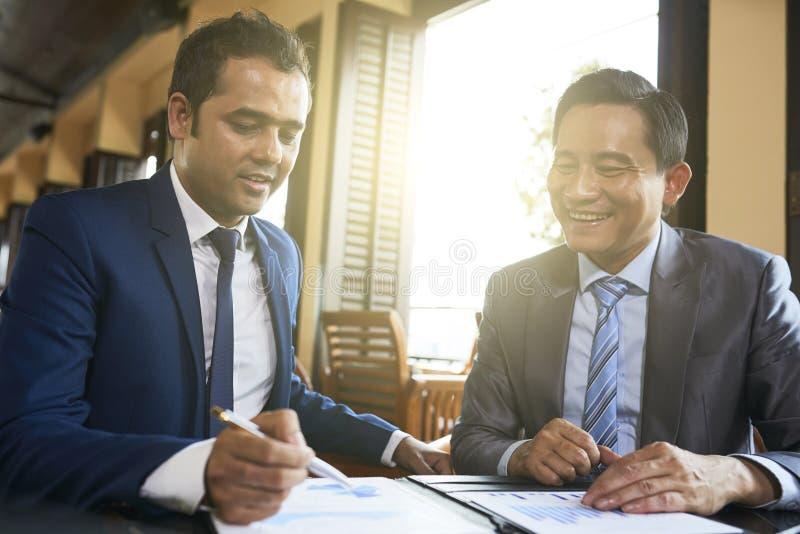 Ludzie biznesu czyta biznesu kontrakt zdjęcia stock