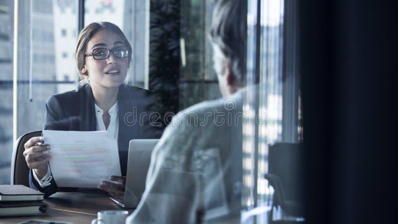 Ludzie biznesu dyskusi advisor poj?cia zdjęcia royalty free