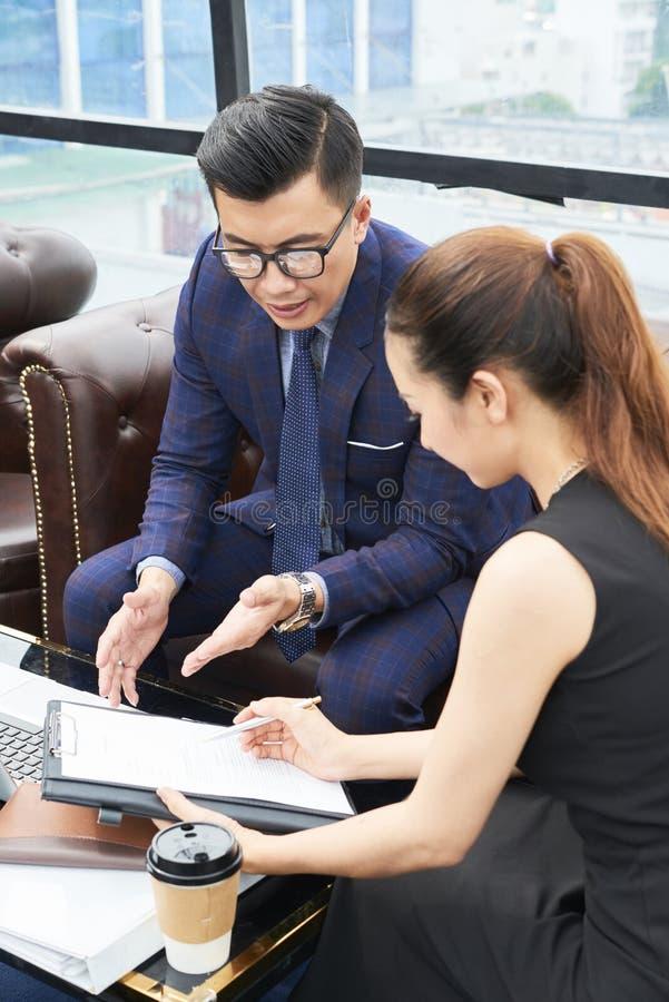 Ludzie biznesu dyskutuje dokument fotografia royalty free