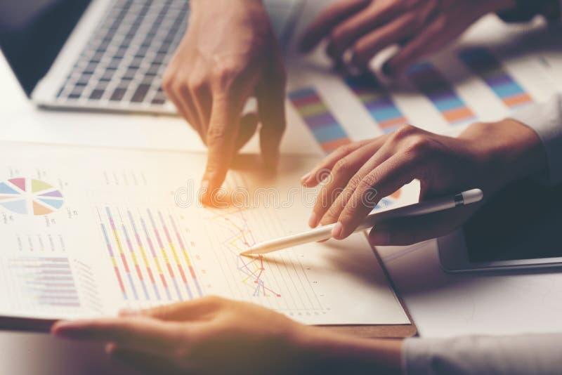 Ludzie biznesu dyskutuje mapy i wskazuje, wykresy wynikają r obraz stock