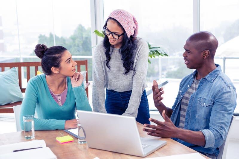 Ludzie biznesu dyskutuje nad laptopem zdjęcia stock
