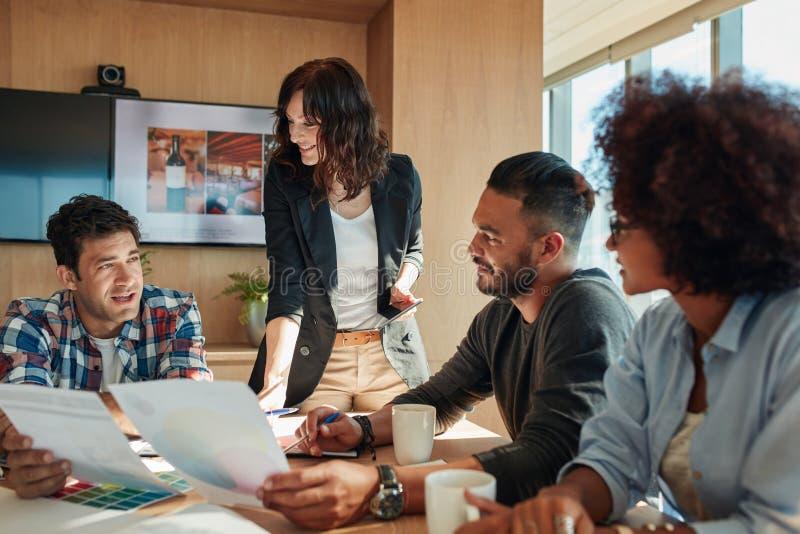 Ludzie biznesu dyskutuje nowego koloru plan dla projekta obrazy stock