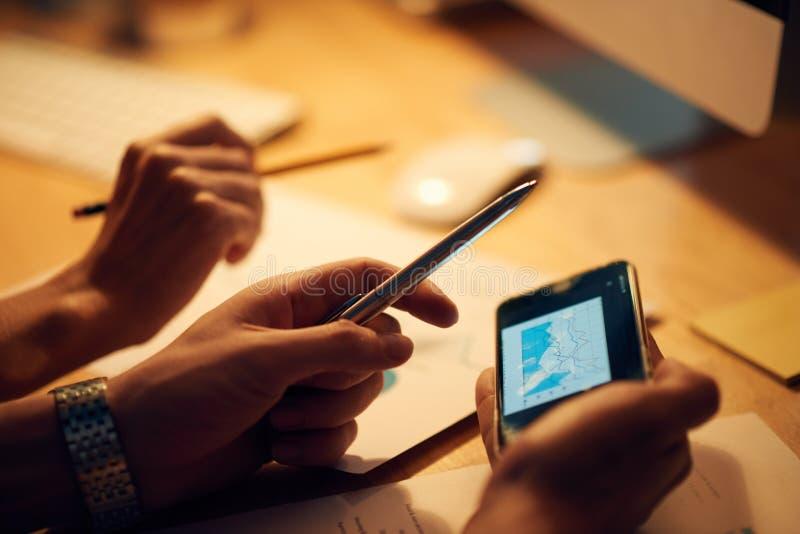 Ludzie biznesu dyskutuje pieniężną mapę obrazy stock
