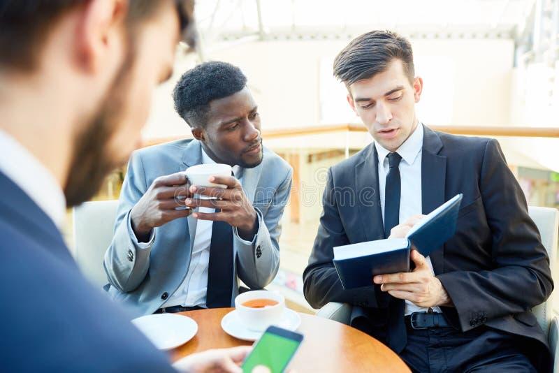 Ludzie Biznesu Dyskutuje pracę w spotkaniu obrazy royalty free