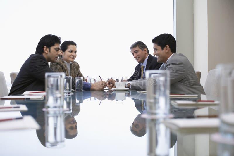 Ludzie Biznesu Dyskutuje W biurze obraz stock