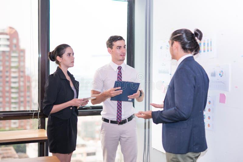 Ludzie biznesu dzieli ich pomysły w biurze obraz stock