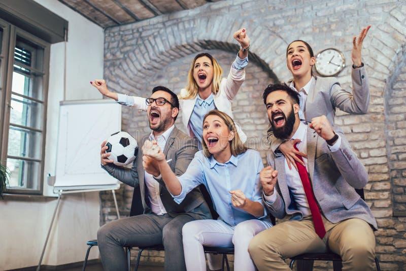 Ludzie biznesu, fan piłki nożnej lub Przyjaźń, sporty i rozrywki pojęcie, zdjęcia stock