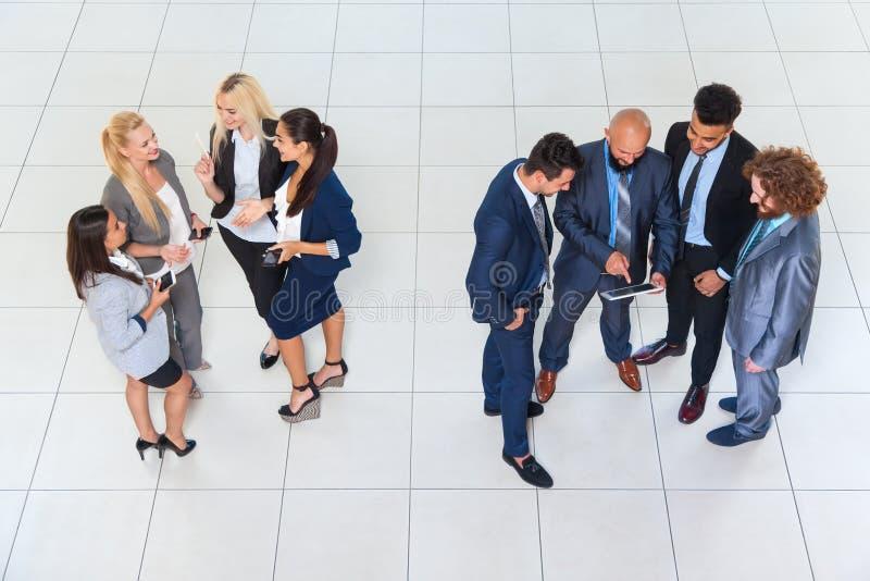 Ludzie Biznesu Grupują mężczyzna i kobiet Stoi Oddzielną dyskusi spotkania biznesmenów kolegi drużyny komunikację obraz stock