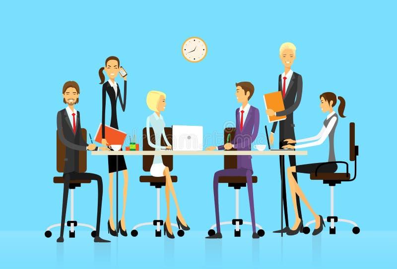 Ludzie biznesu grupują obsiadanie przy biurowym biurkiem ilustracja wektor