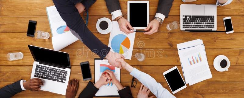 Ludzie biznesu grupują uścisk dłoni w biurze, odgórny widok obraz stock