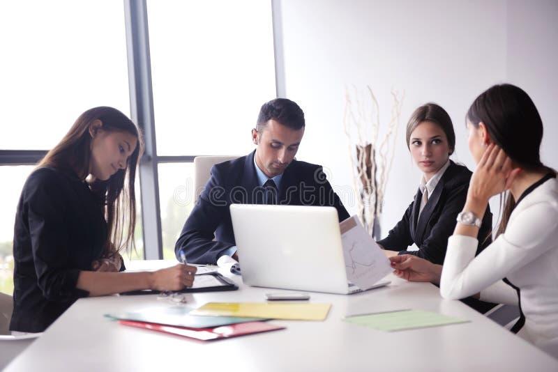 Ludzie biznesu grupują w spotkaniu przy biurem obrazy stock