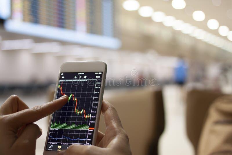 Ludzie biznesu handluje rynek walutowy giełdę papierów wartościowych na wiszącej ozdobie przy airpor obrazy stock