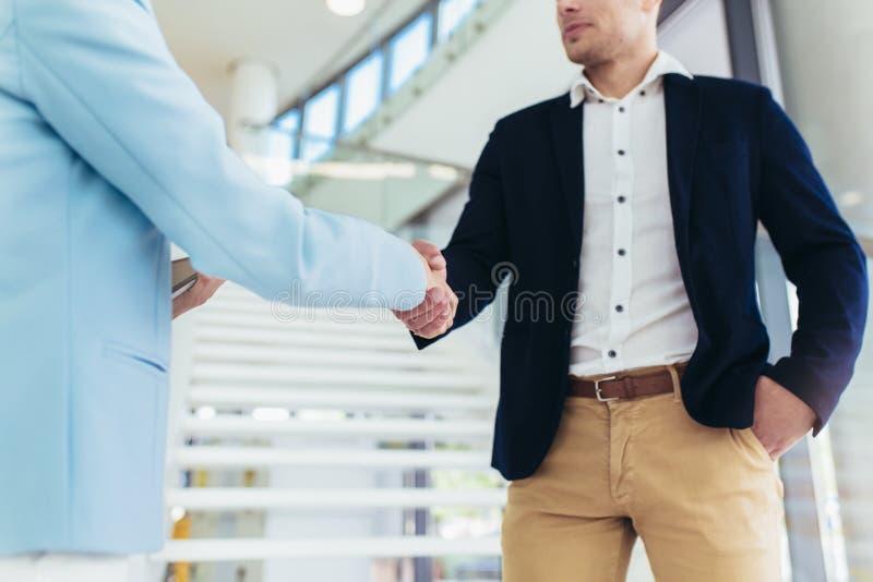 Ludzie biznesu handshaking w biurze obraz stock